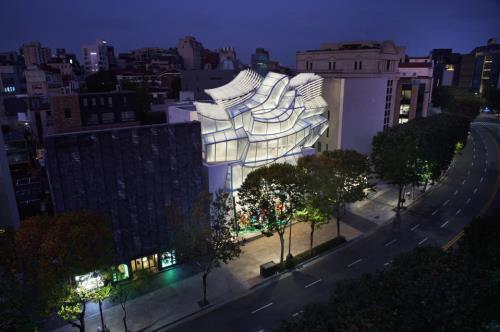 비정형의 건축미가 돋보이는 '루이비통 메종 서울'